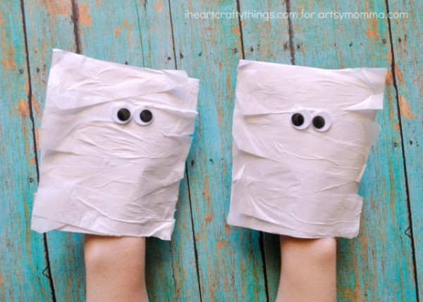 Simple way to make mummy puppets - fun Halloween craft for Kids!