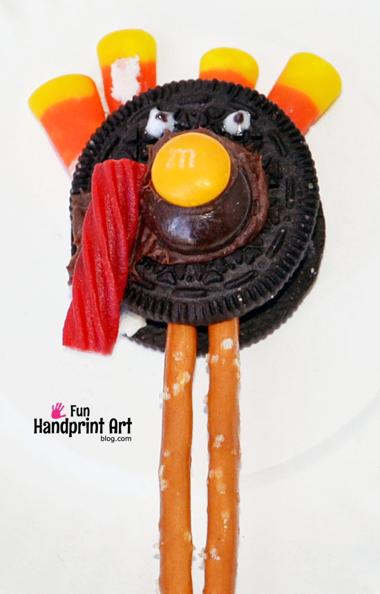 How to make an Oreo Turkey Snack for Thanksgiving with Kids