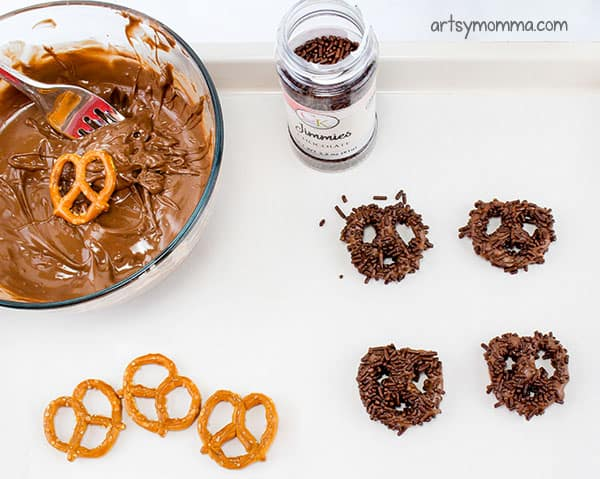 Cute Owl Snacks - Cover twisted pretzels with melted chocolate and brown sprinkles.